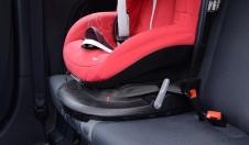Jak zamontować fotelik samochodowy pasami?