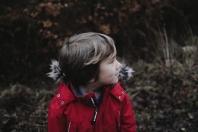 W kurtce czy bez? Jak powinniśmy przewozić dziecko zimą?